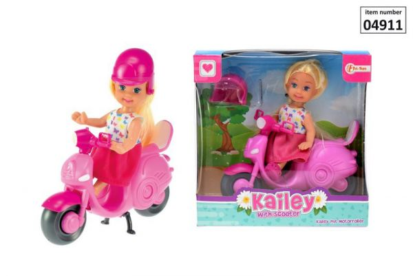 Kailey mit Roller & Helm